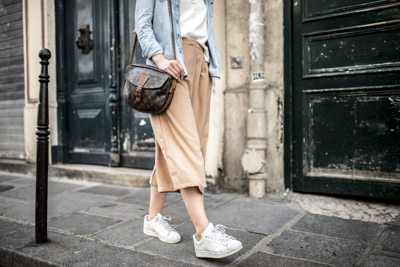 culottes παντελόνι με λευκά Stan Smith παπούτσια